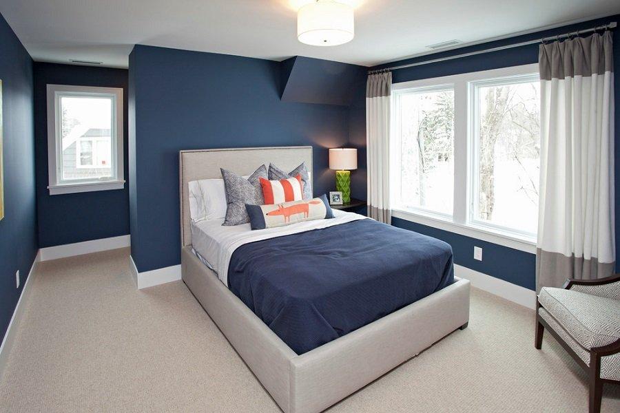 Kết hợp rèm cửa màu trắng và xám với tường màu xanh dương