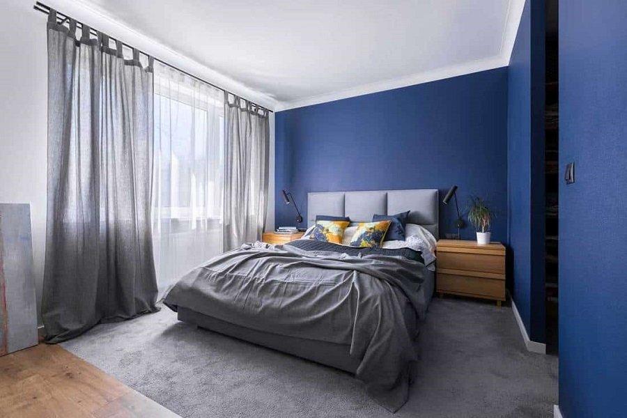 chọn rèm cửa màu xám theo tường sơn xanh dương