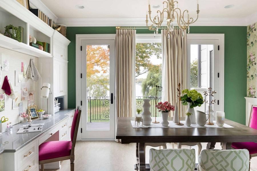 Rèm cửa màu be được chọn để phối với tường xanh lá
