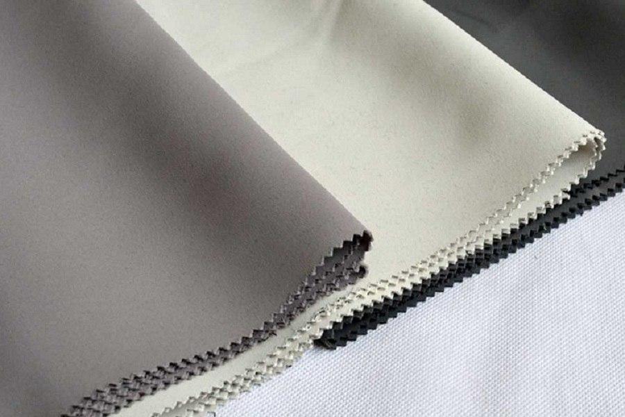 Rèm vải tráng cao su có hai lớp: lớp vải dệt thô và lớp cao su ép nhiệt