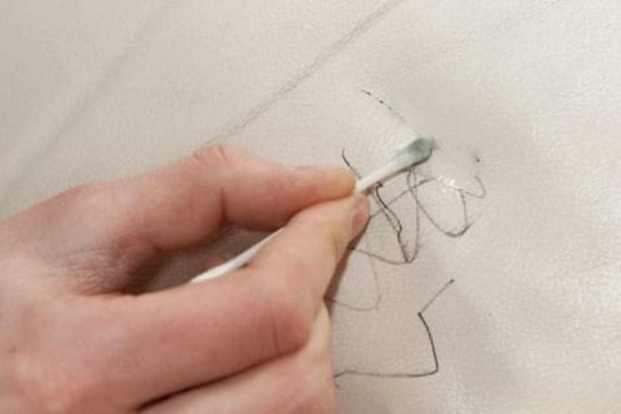 Tẩy vết mực trên sofa da bằng nước tẩy móng tay