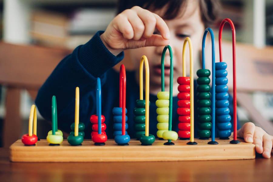 Trẻ tự kỷ có hành vi lập đi lập lại và sắp xếp mọi thứ theo một thứ tự nhất định