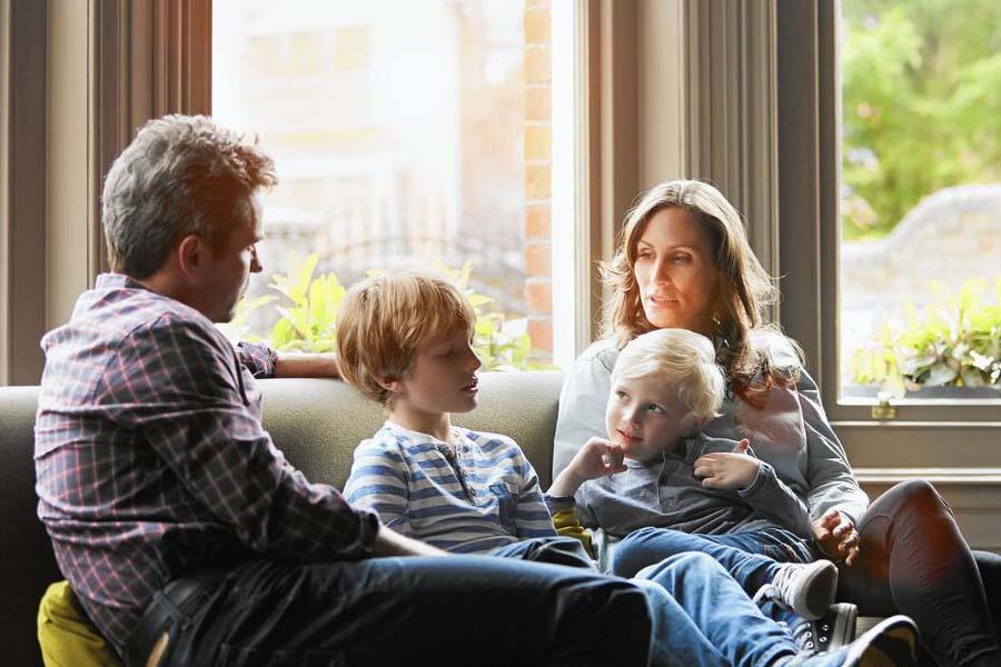 Quan tâm, trò chuyện, tâm sự, chăm sóc trẻ tại nhà trong mùa dịch
