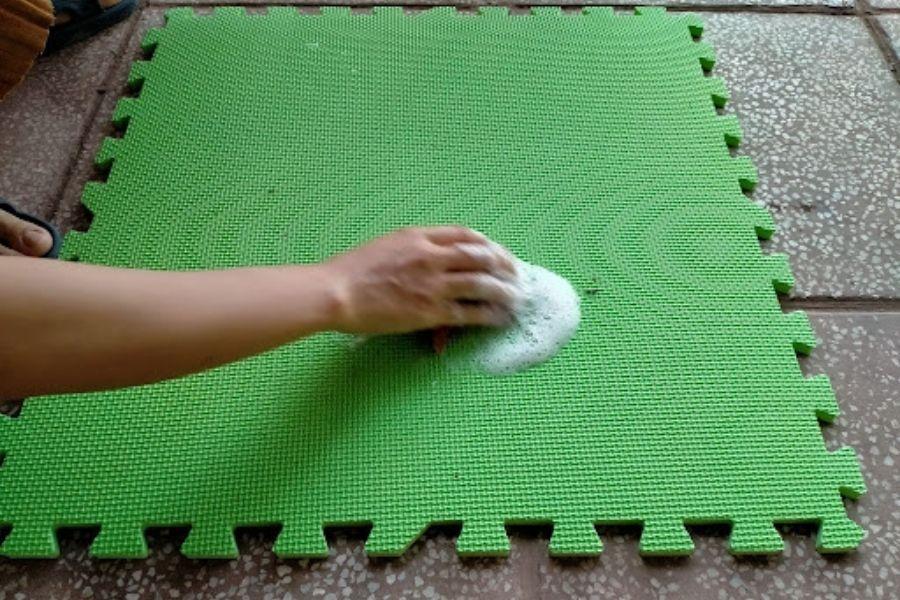 cách giặt thảm xốp siêu sạch tại nhà