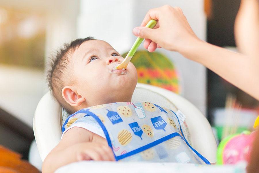 Nên cho trẻ tập ăn dặm bắt đầu từ 6 tháng tuổi