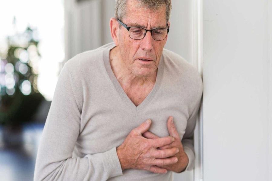 Rối loạn nhịp tim làm tăng nguy cơ đột quỵ. Người đàn ông đang ôm ngực trái đầy đau khổ