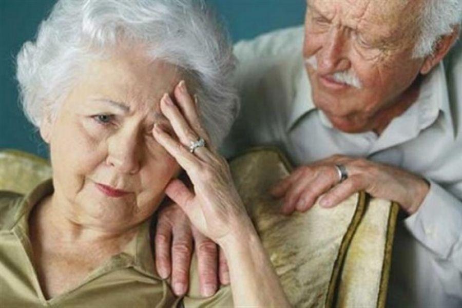 Cụ ông đang lo lắng cho sức khoẻ cụ bà bị đau đầu, 1 dấu hiệu bệnh ở người già