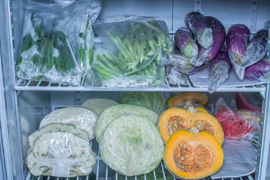 Dùng màng bọc thực phẩm để gói cà tím và để trong tủ lạnh