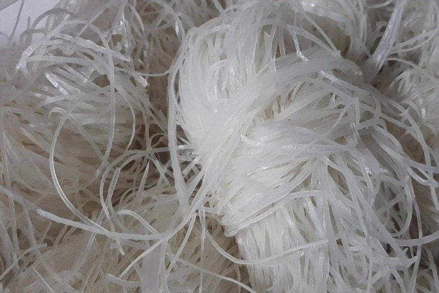 Hủ tiếu tươi được chia thành từng khoanh nhỏ, cho vào túi kín và để ở ngăn đông