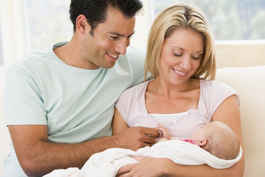 Phụ huynh cần phải biết cách bế trẻ sơ sinh đúng cách