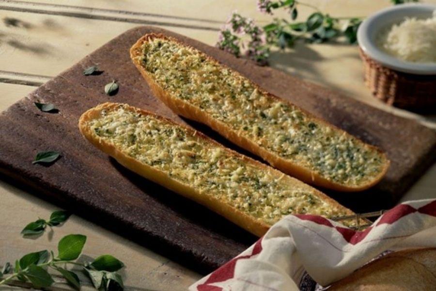 Phết bơ tỏi lên mặt bánh mì