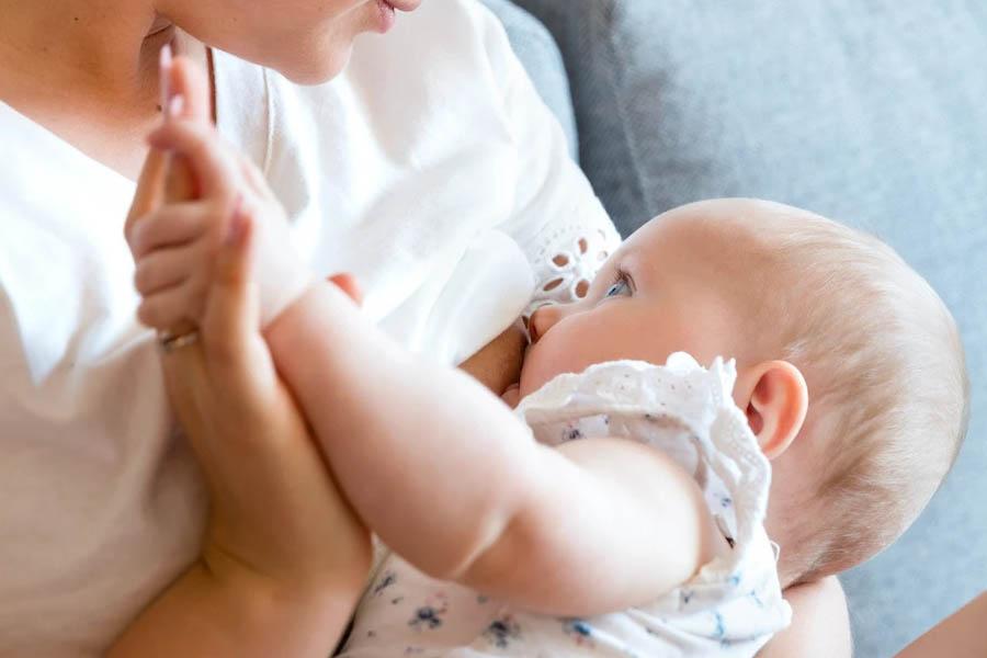 Cho trẻ bú đúng cách để đảm bảo sự phát triển của trẻ