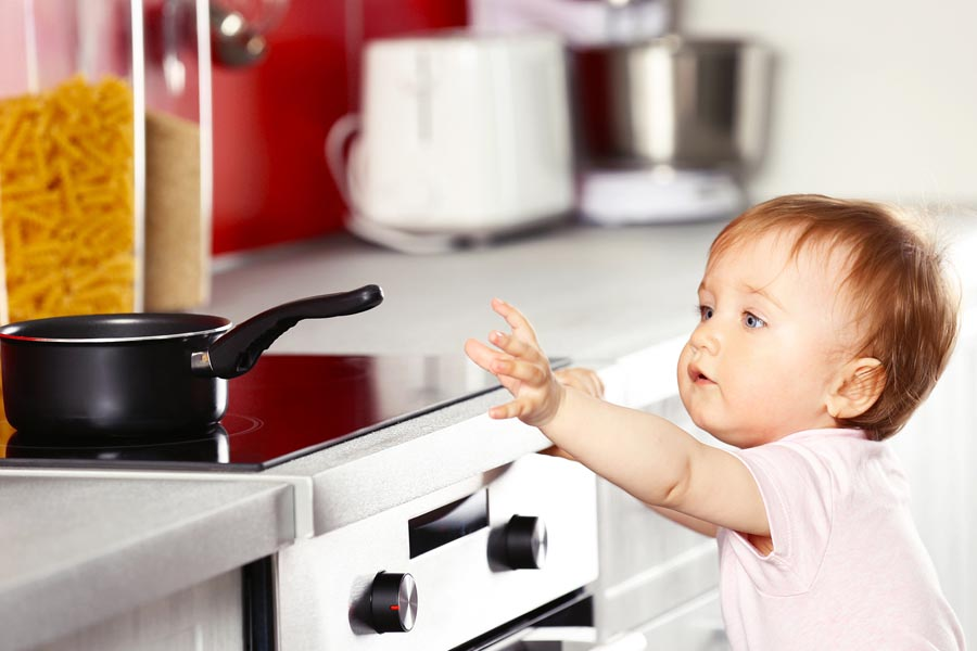 Để những vật dụng dễ gây bỏng xa tầm tay của trẻ em