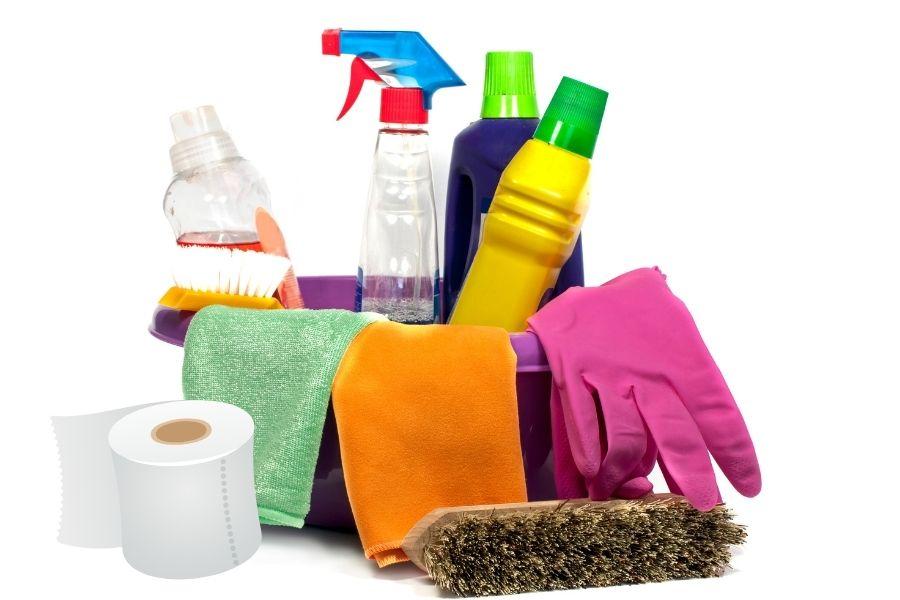 Chuẩn bị dụng cụ vệ sinh rèm sáo gồm nước giặt, bao tay, khăn, chổi,...