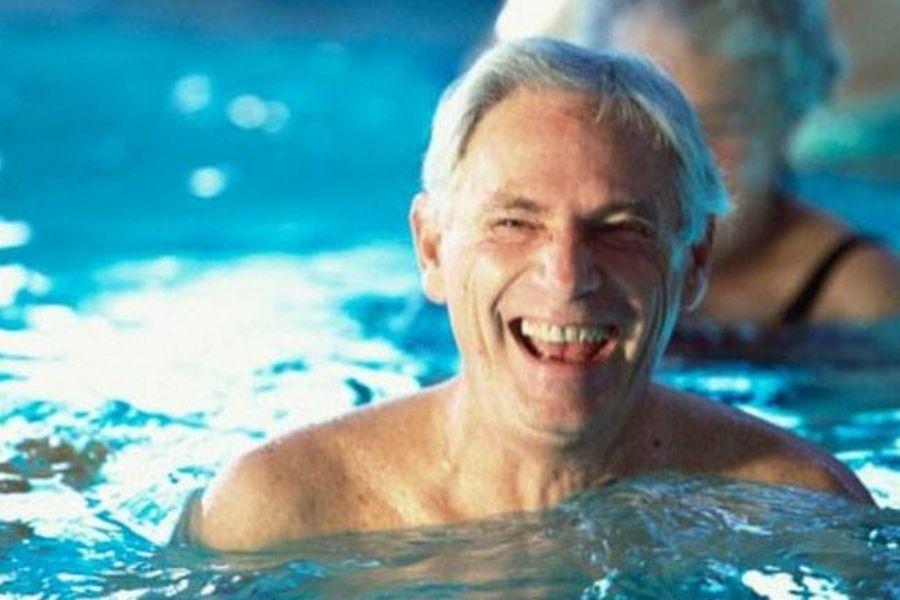 Cụ ông cười tươi khi đang bơi lội