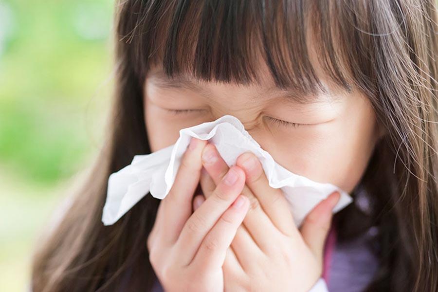 Trẻ bị hắt xì, sổ mũi do thời tiết thay đổi