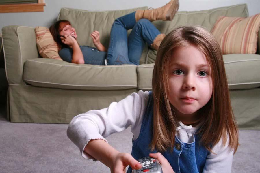 Trẻ bị té do người trông coi bất cẩn
