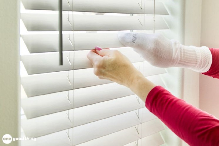 Dùng tất hoặc bao tay để lau chùi các lá rèm