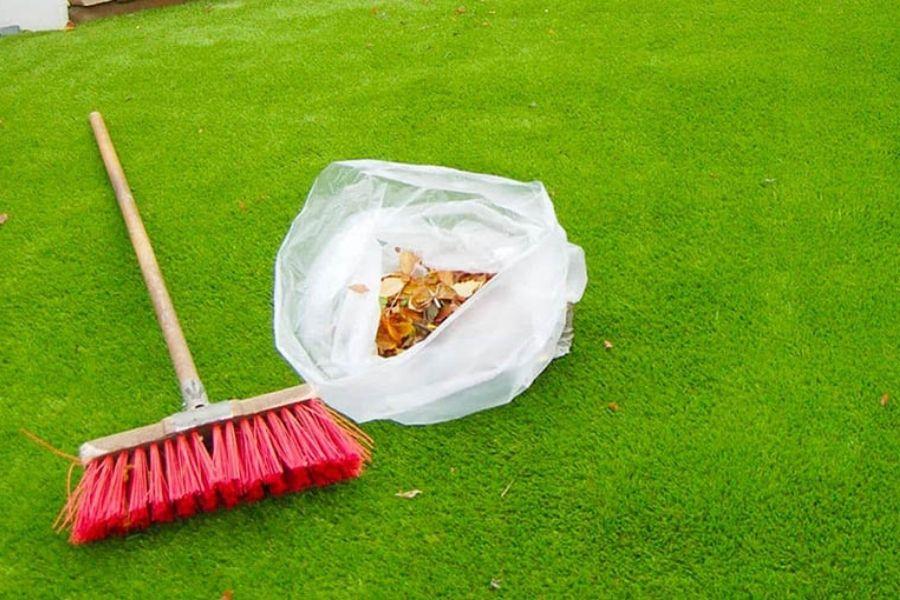 dùng chổi vệ sinh thảm cỏ nhân tạo