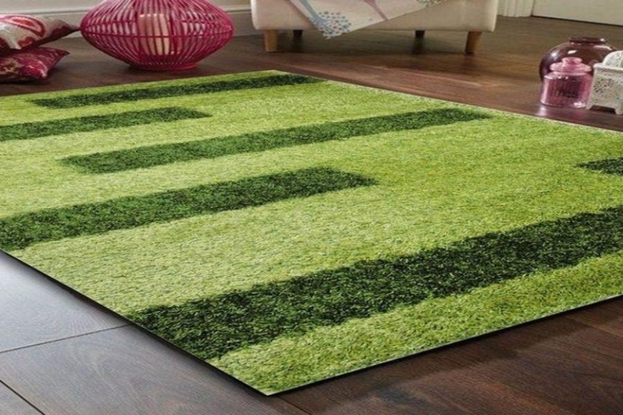 thảm cỏ nhân tạo được đặt trong nhà